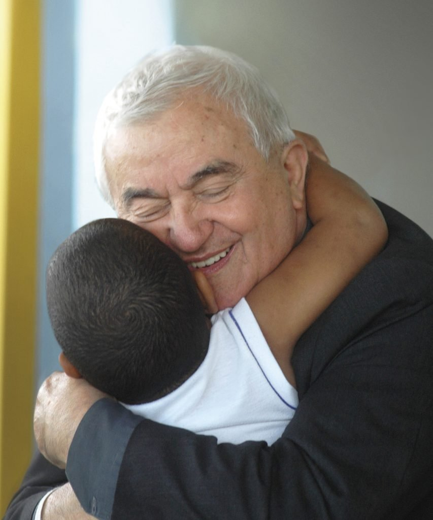 Don Oreste Benzi Abbraccia un bambino