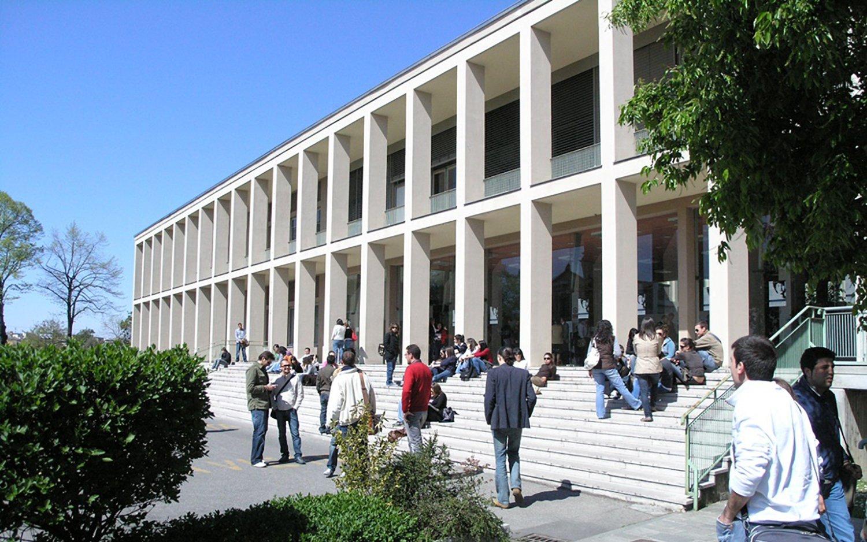 Facciata Università Cattolica con studenti