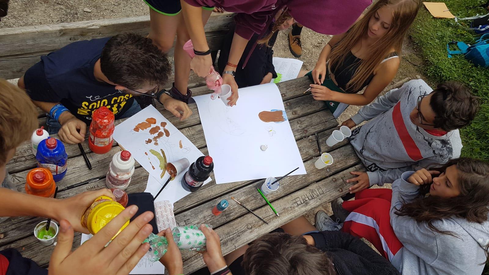ragazzi disegnano