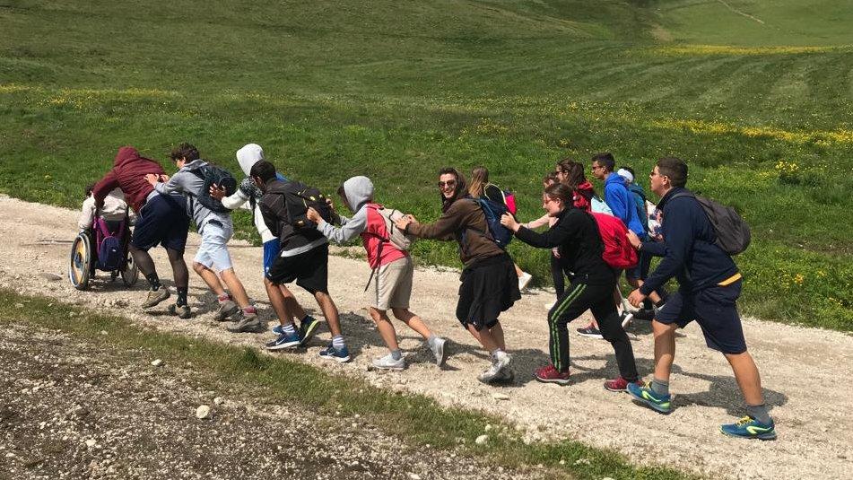 ragazzi in un sentiero di montagna